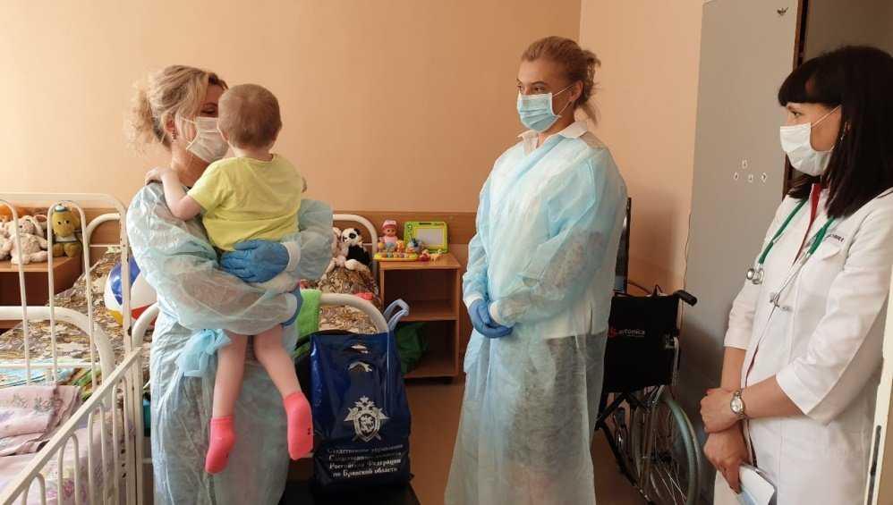 Доведенную ранее до истощения брянскую девочку выписали из больницы