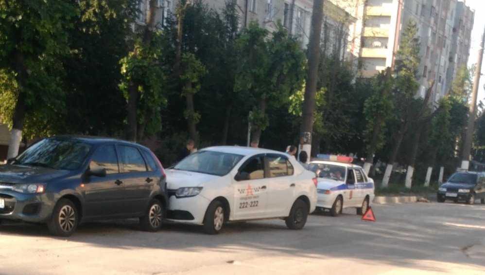 В Бежицком районе Брянска водитель такси попал в ДТП