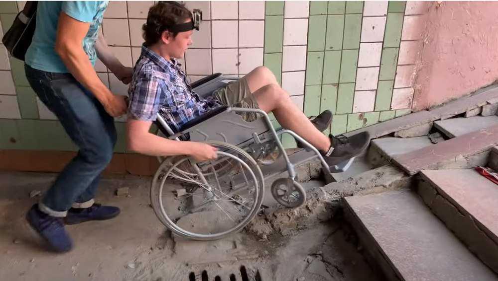 Активисты в инвалидной коляске протестировали брянские улицы и переходы