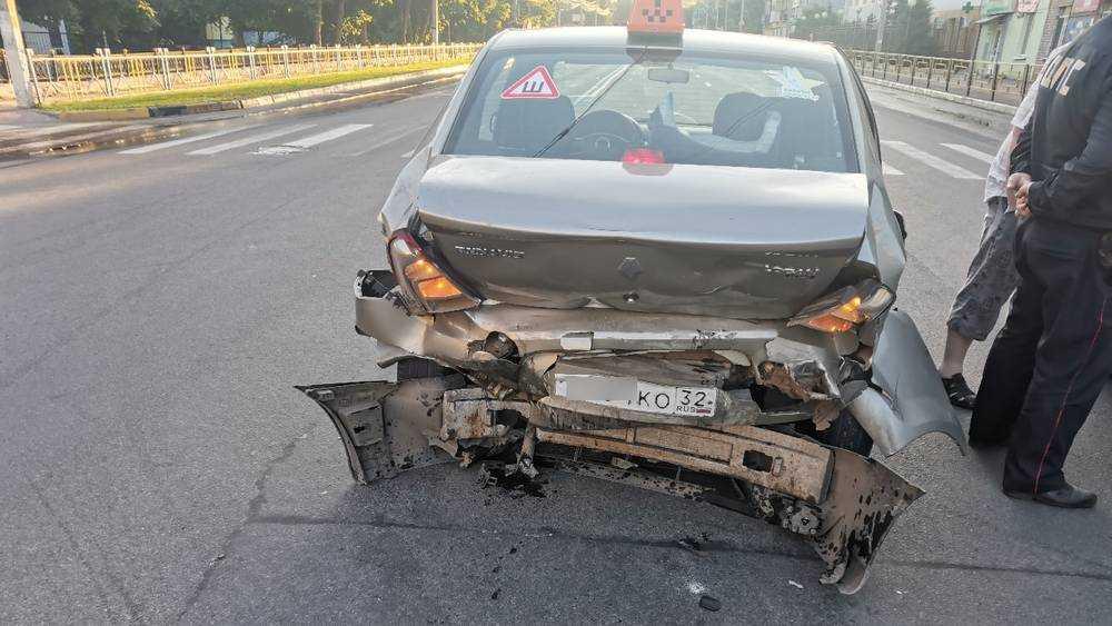 В Брянске на улице Никитина пьяный водитель протаранил такси