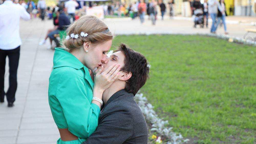В Брянске поцелуи на спортплощадке объявили «занятием любовью»