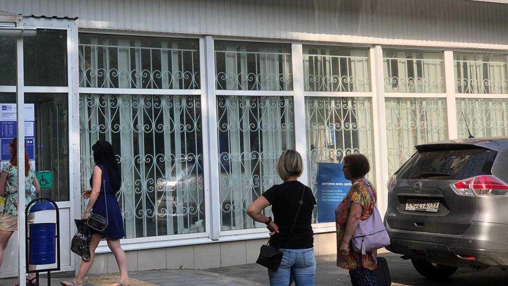 На улице возле брянской почты из-за коронавируса выросли очереди