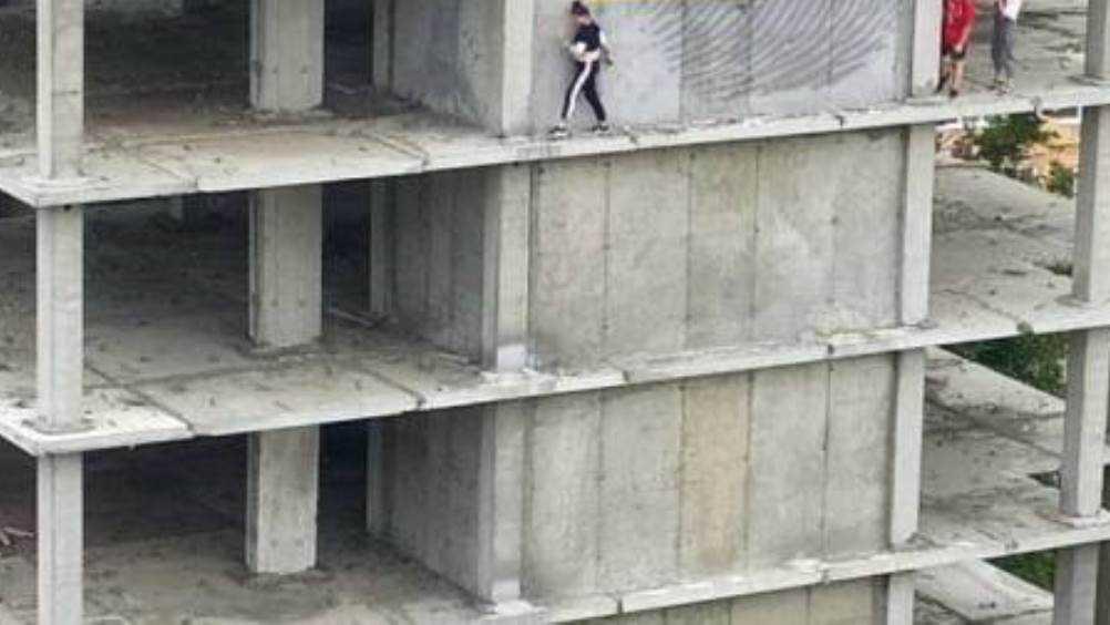 Брянцев шокировали опасные забавы подростков в строящейся многоэтажке
