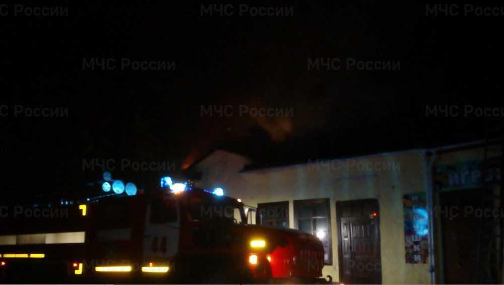К загоревшемуся книжному магазину в Стародубе приехали 5 пожарных машин