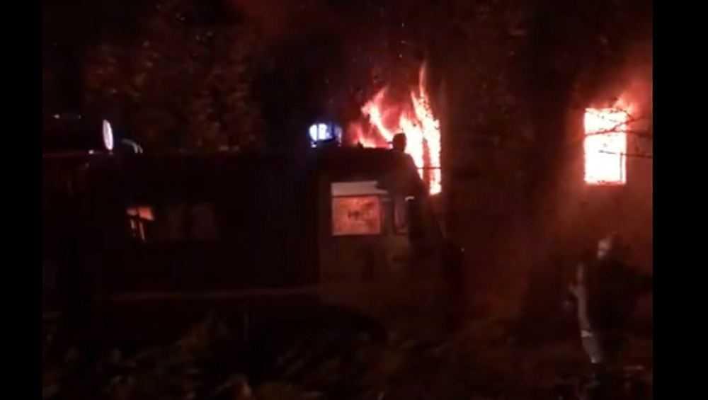 В центре Брянска сгорело пустующее трехэтажное здание