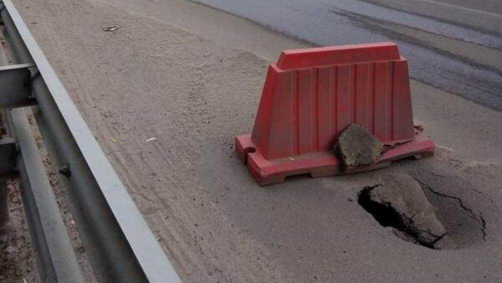 Жители Брянска рассказали о провале асфальта на улице Бежицкой
