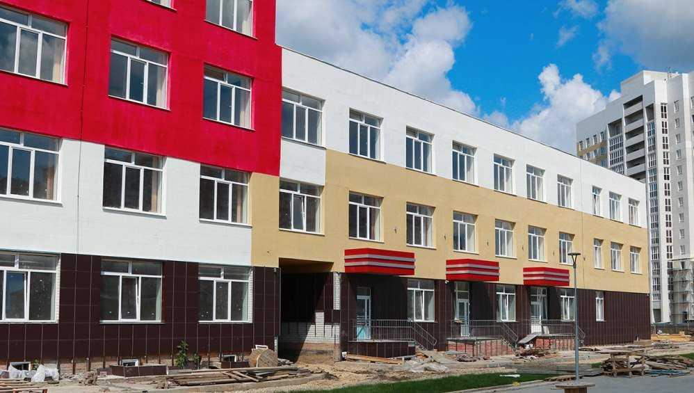 В Брянске приступили к завершению строительства школы в старом аэропорту