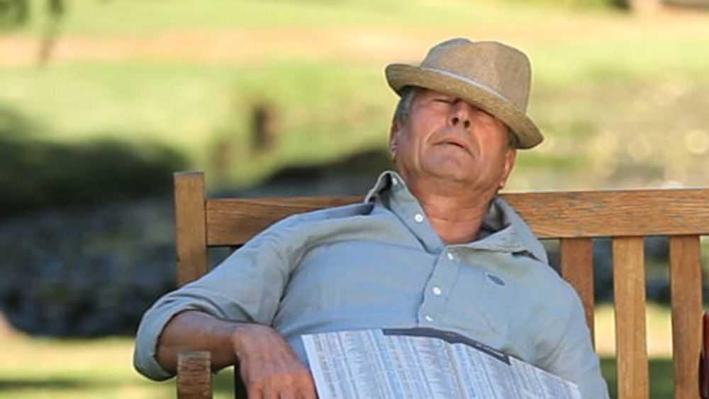 В Дятькове уснувший на лавочке мужчина остался без сумки с деньгами