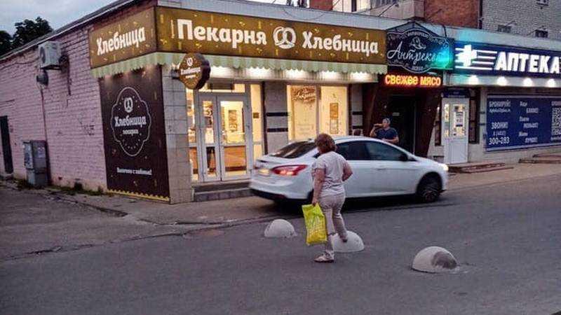 В Брянске водители стали по тротуару объезжать преграду из полусфер