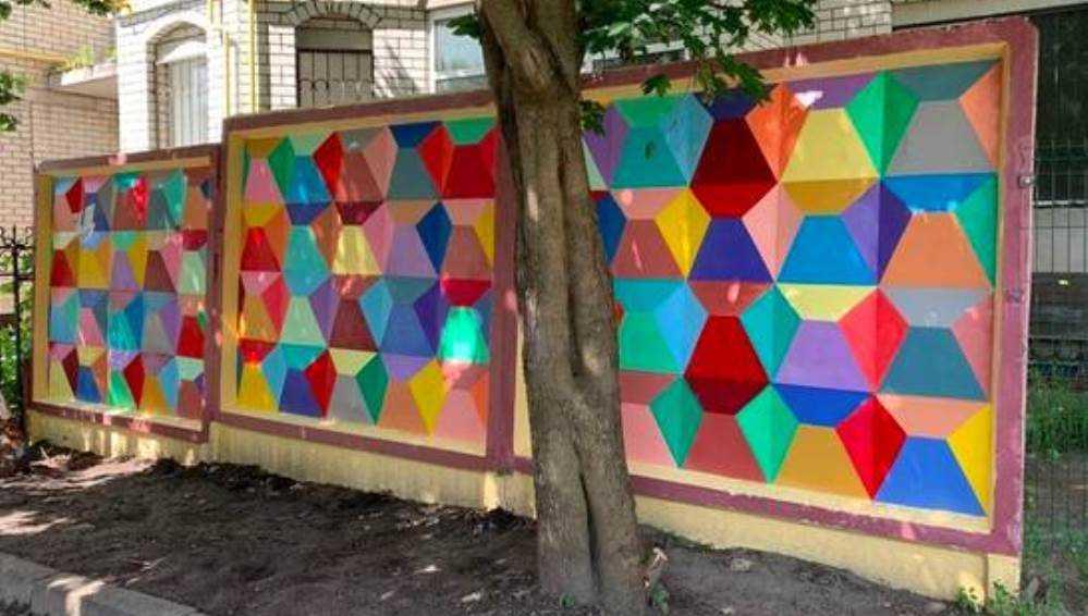 В Брянске забор возле многоэтажного дома превратили в фотозону