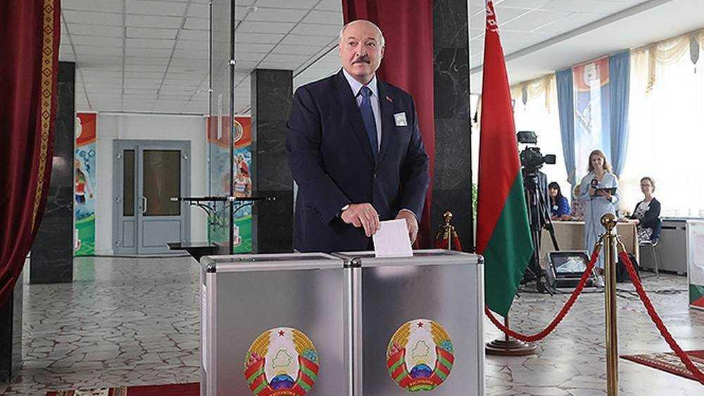 Лукашенко посмеялся над российским голосованием «на пеньках»