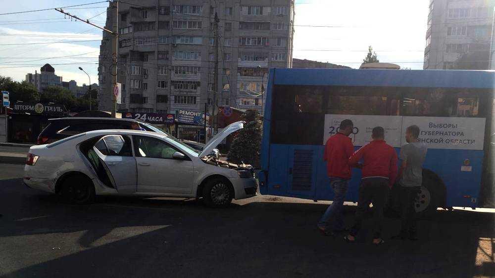 В Брянске на Авиационной легковушка врезалась в автобус