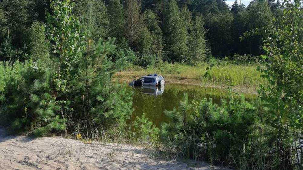 В Брянске водитель утопил внедорожник в озере