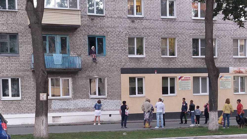 В Новозыбкове сидевшую на подоконнике женщину спасли от беды