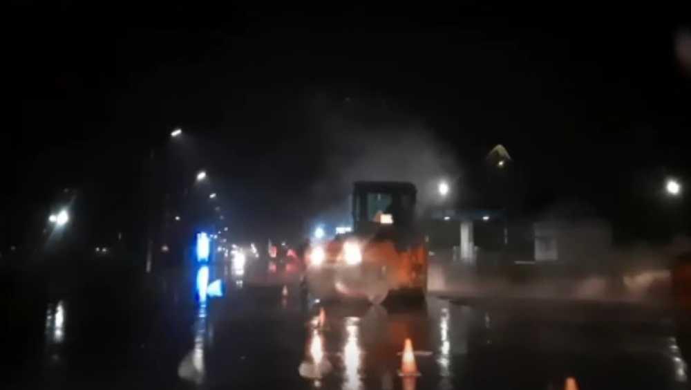 В Брянске показали видео очередной укладки асфальта под дождём