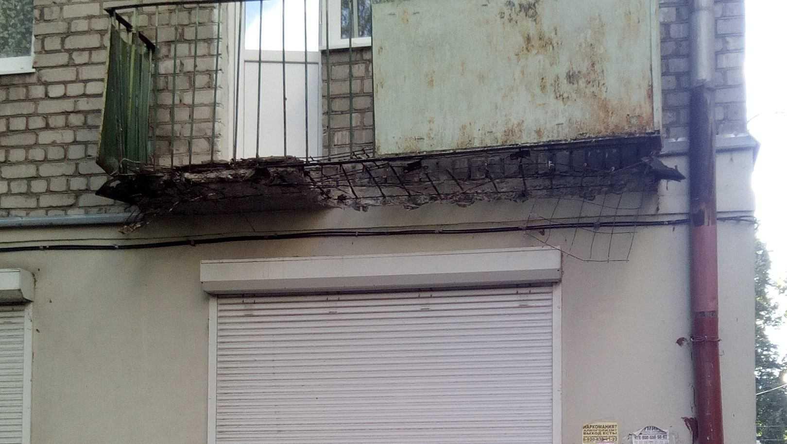 В Брянске на улице Шолохова обвалился балкон на втором этаже