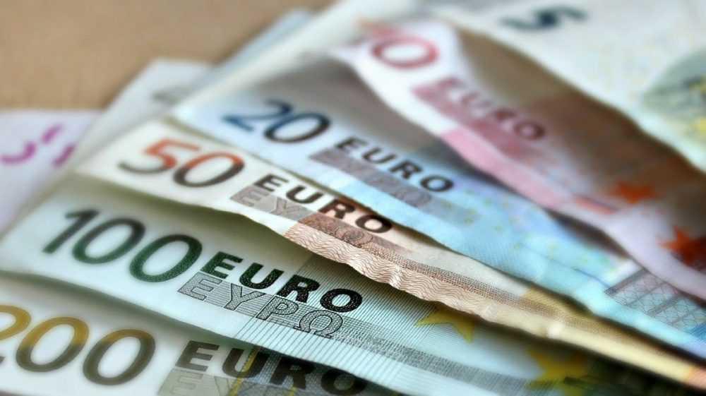 Россиянам предсказали евро по 100 рублей