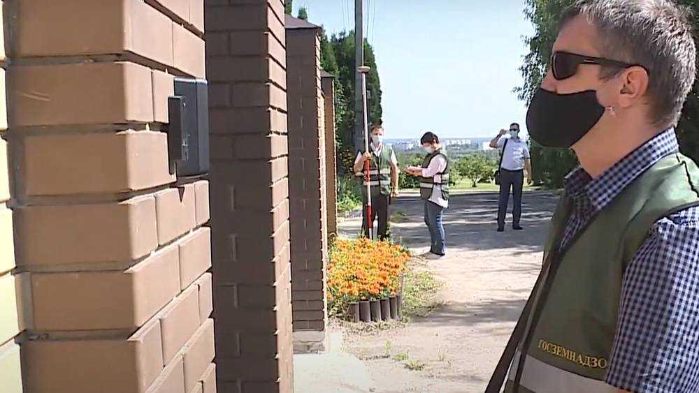 В Брянске выявили факты самозахвата земель владельцами особняков