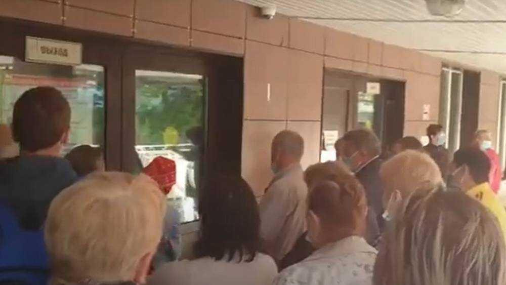 В брянскую поликлинику выстроились огромные очереди