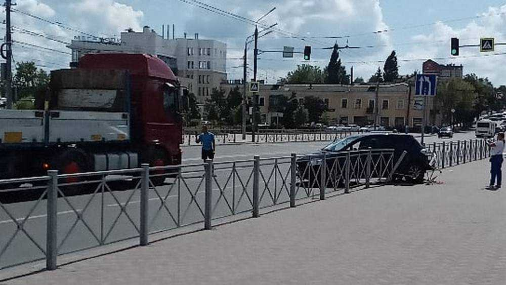 В Брянске автомобиль пробил забор на набережной