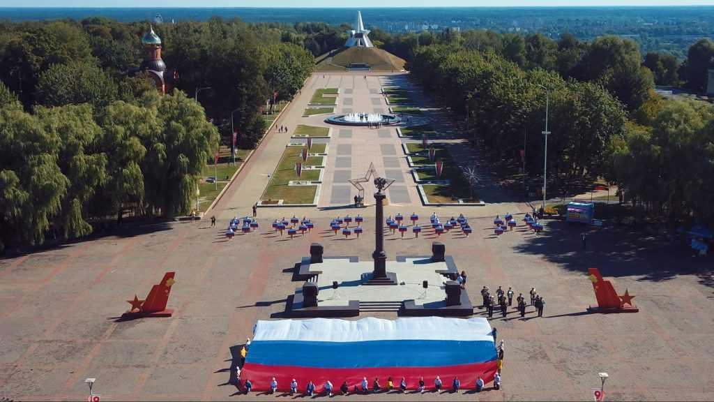 Жителей Брянска объединил массовый флешмоб в День Государственного флага России