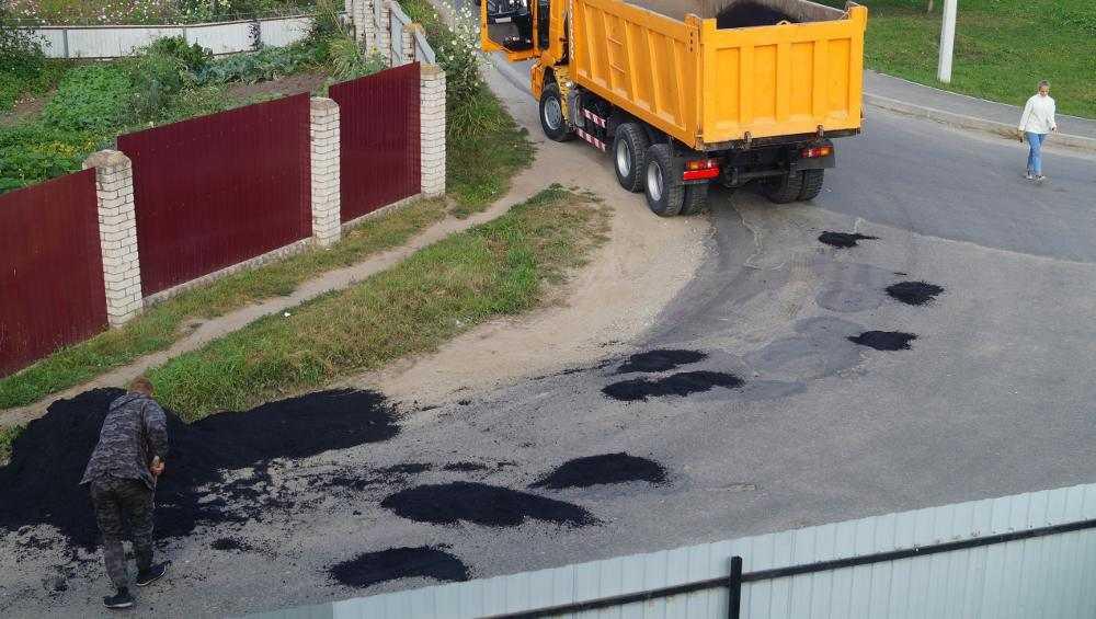 Житель Добруни сам сделал ямочный ремонт на дороге в поселке