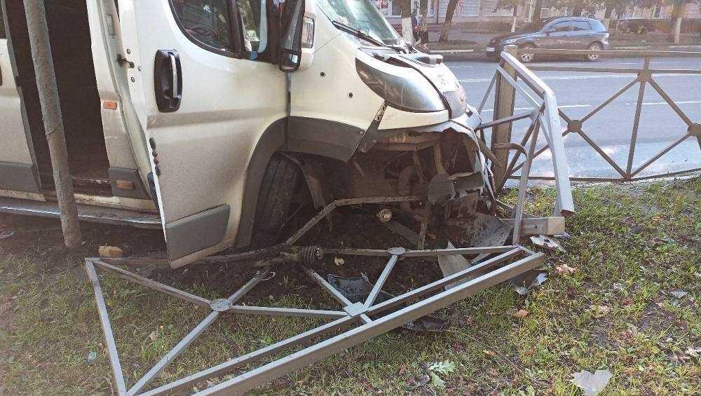 В Брянске возле автовокзала маршрутка протаранила ограждение