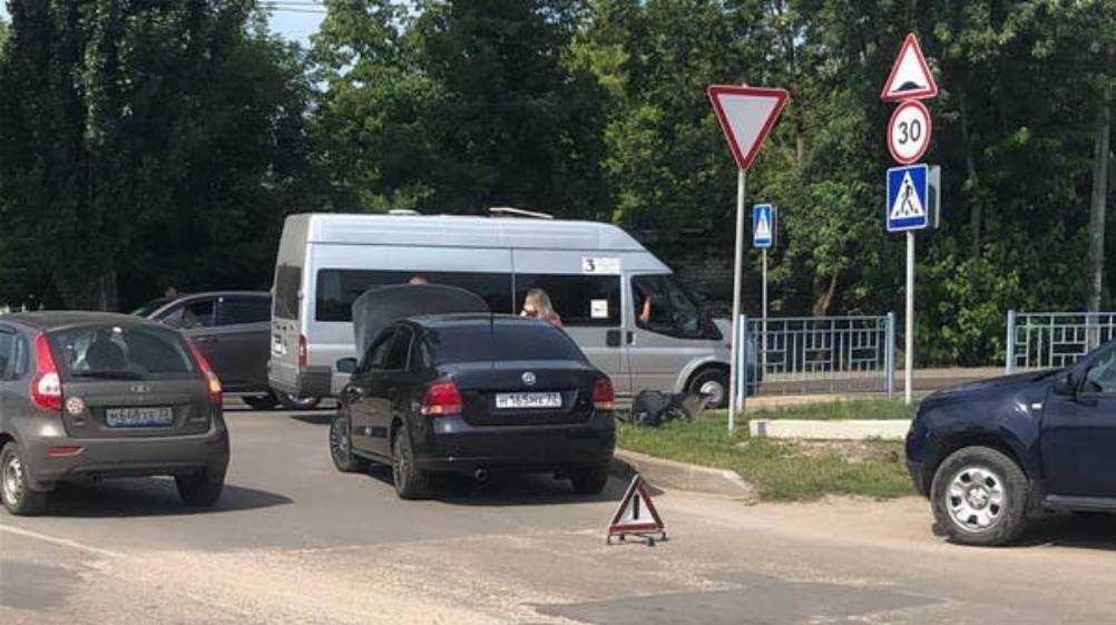 В Фокинском районе Брянска столкнулись маршрутка № 3 и легковушка