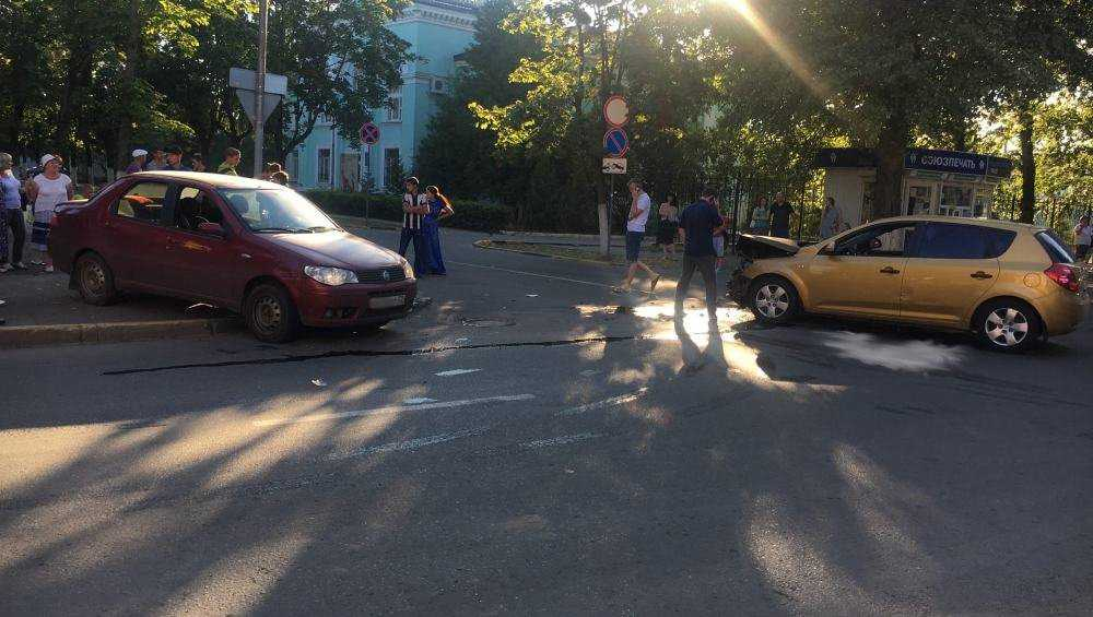 В Брянске попавший в ДТП автомобиль едва не сбил прохожих с детьми
