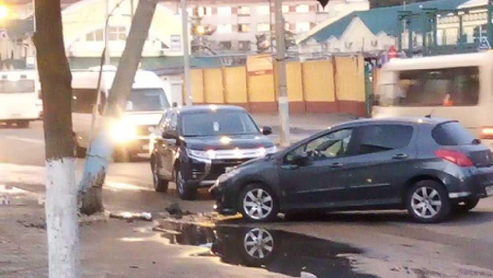 В Брянске у бежицкого рынка после ДТП столб наклонился над дорогой