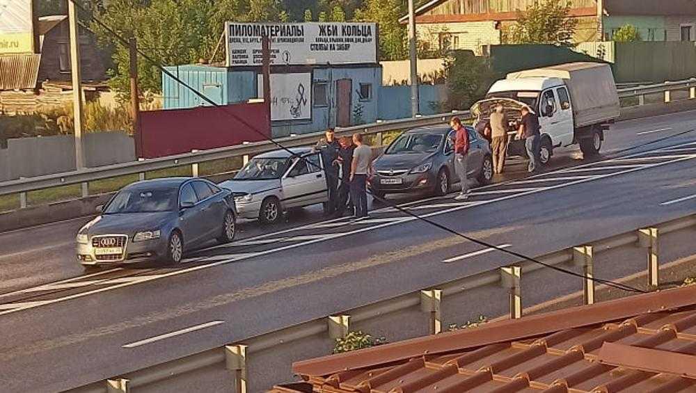 Под Брянском в Супоневе столкнулись сразу четыре автомобиля