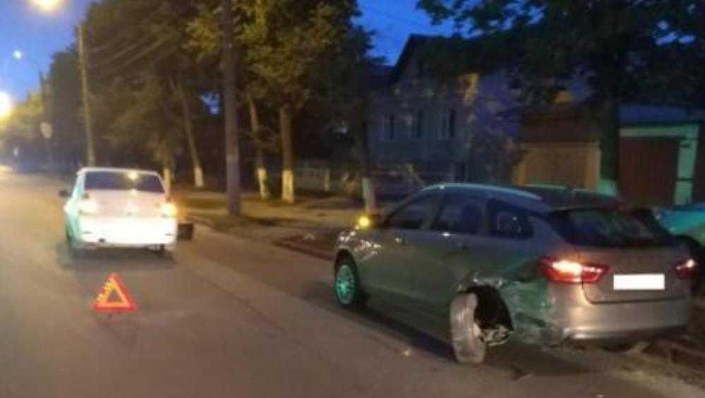 В Брянске в ДТП с двумя легковушками пострадала 25-летняя девушка