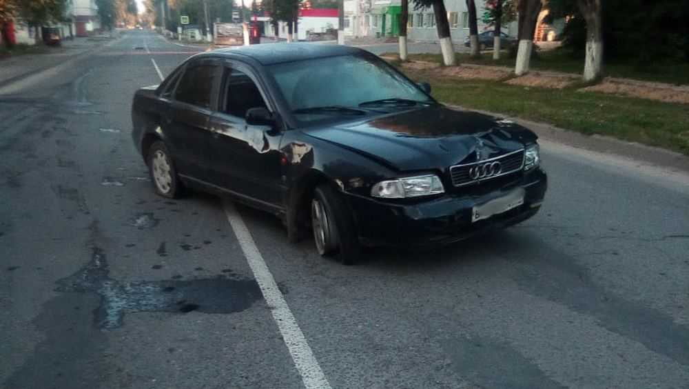 В Дятькове одна машина снесла дорожный знак, а другую закидали землей