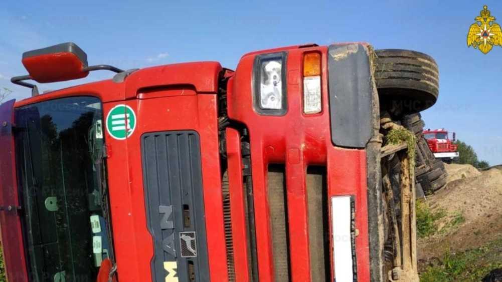 Под Унечей Брянской области на дороге перевернулся грузовик