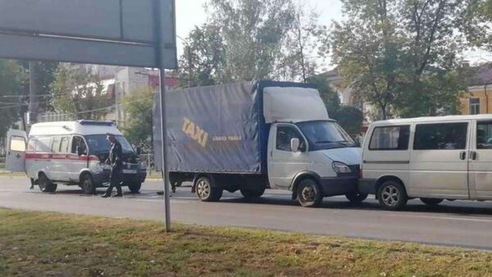 В Брянске грузовое такси попало в ДТП на проспекте Московском
