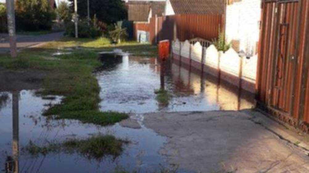 В Володарском районе Брянска затопило дорогу и дворы домов