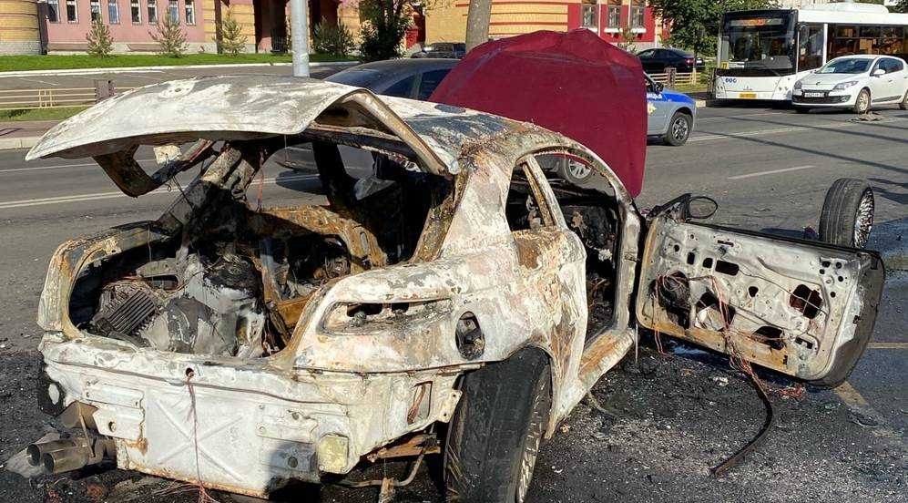 В Брянске полиция обратилась к очевидцам ДТП со сгоревшей иномаркой