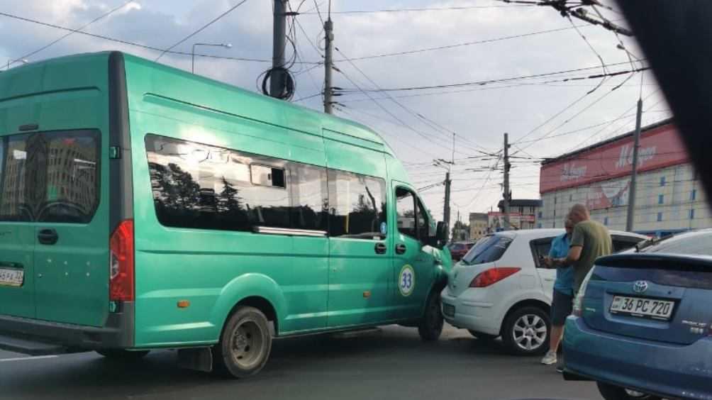 В Брянске образовалась огромная пробка из-за ДТП возле «Полтинника»