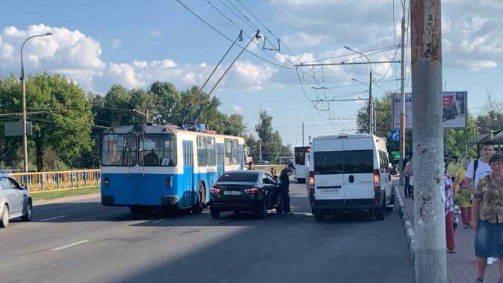 В Брянске не поделили дорогу маршрутка № 52 и две легковушки