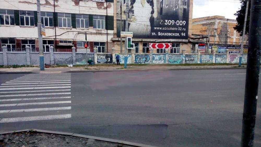 В Бежице уничтожили граффити на заводском заборе