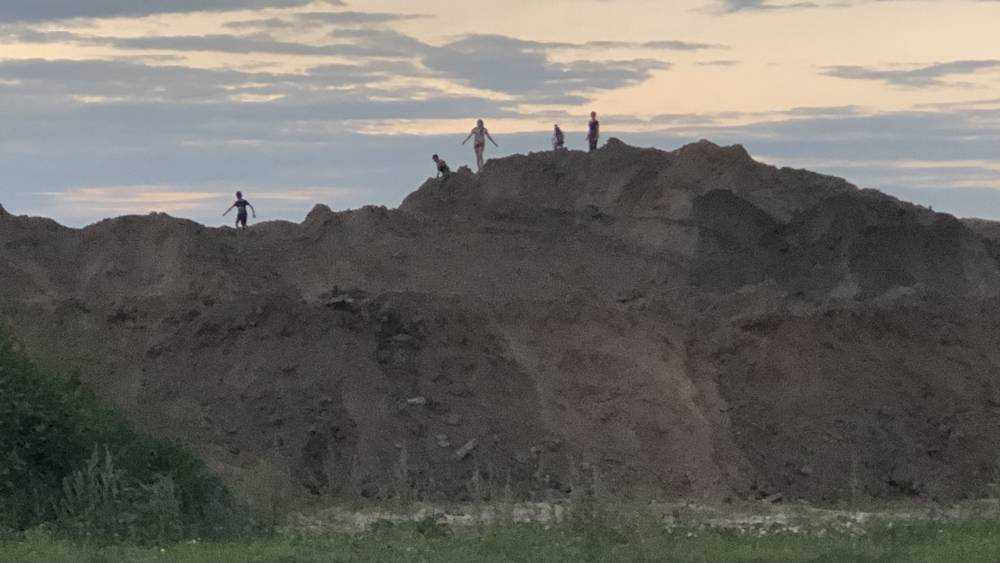 В Брянске дети стали штурмовать рукотворную гору