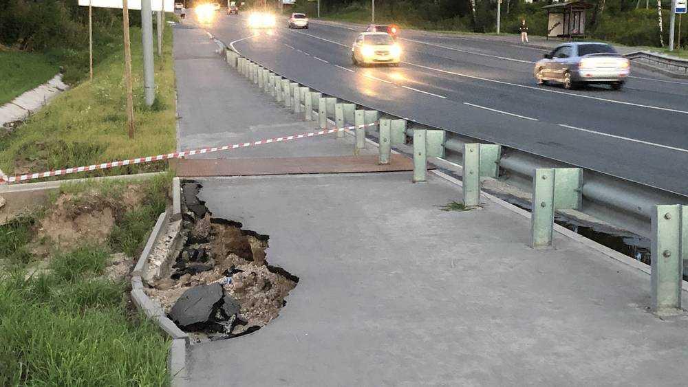 Провал тротуара в Брянске никого не взволновал за несколько месяцев