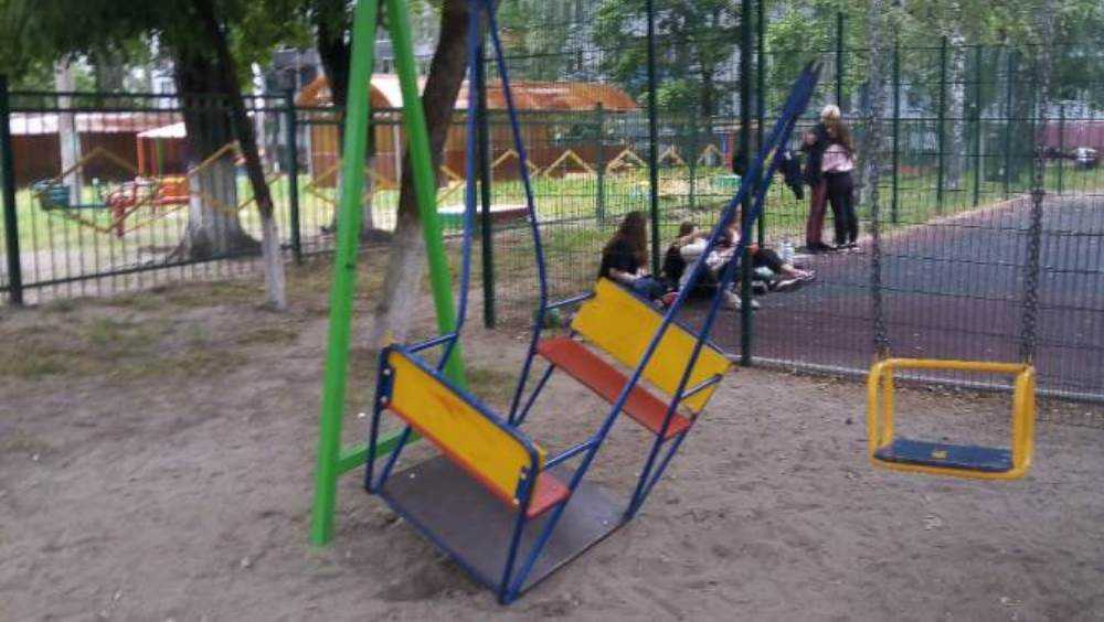В Брянске таинственные вредители сломали качели на детской площадке