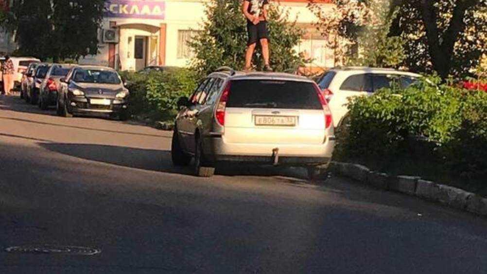 В Брянске сфотографировали ребенка на крыше легкового автомобиля