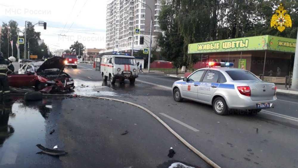 В Брянске трагическое ДТП со сгоревшей машиной устроил 19-летний водитель