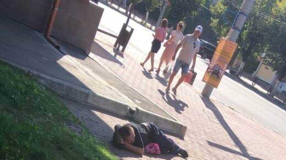 В Брянске заметили лежавшего возле ТРЦ «Родина» мужчину