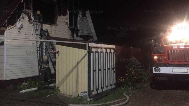 В Володарском районе Брянска сгорел двухэтажный дом