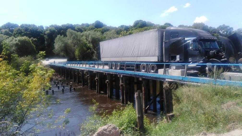 Возле Сельцо Брянской области грузовик застрял на мосту через Десну