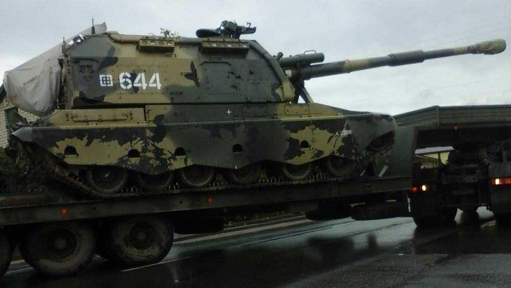 В Почепе заметили тягач с самоходной артиллерийской гаубицей