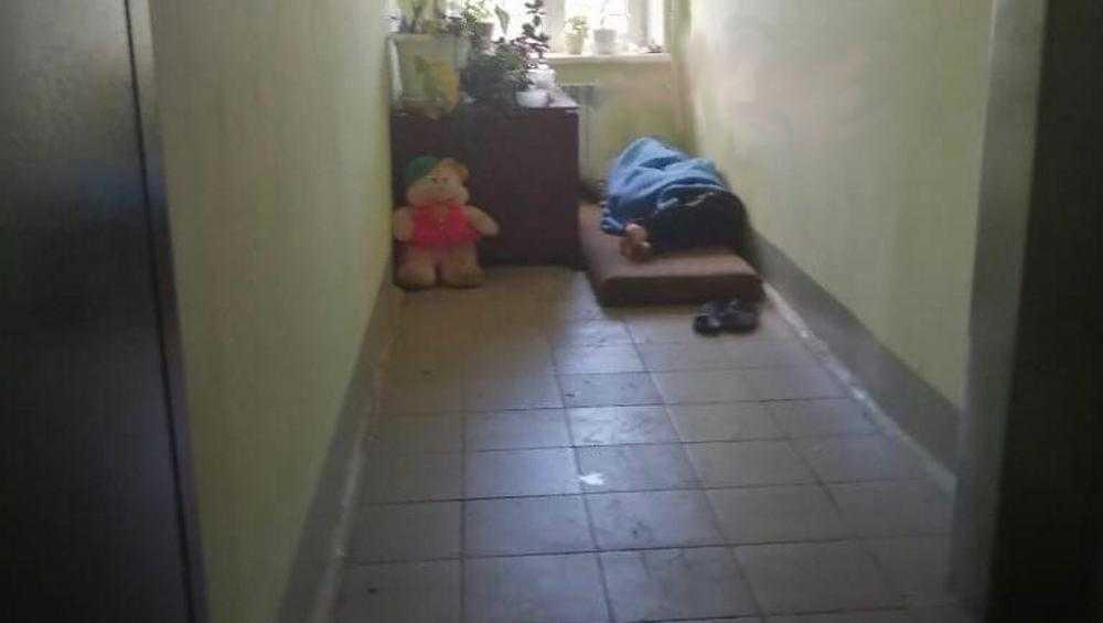 В Брянске выгнанный муж поселился под дверью своей квартиры